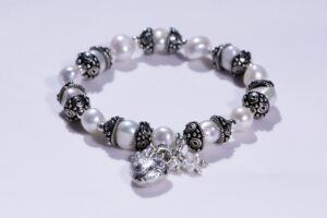 What is a Toxic Relationship, a bracelet of precious pearls symbolizes the precious unity there should be. full circle.